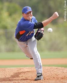 Mets pitcher Joe Smith slinging a pitch from the side
