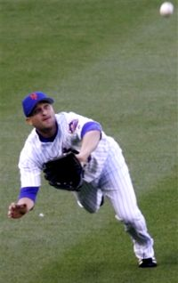 Mets leftfielder David Newhan makes a diving catch against the Phillies